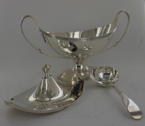 Antiquités - Sauceboat in silver, George III, end of the 18th century