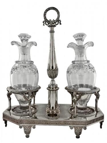 Huilier en argent, par Biennais, d'époque Empire.  Modèle classique inspiré d'un dessin de Percier. Nous retrouvons les mêmes cariatides ailées sur le