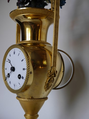 Bronze and porcelain pendulum clock vase of Directoire Period - Clocks Style Directoire