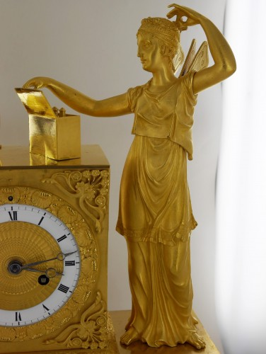 Antiquités - A gilt bronze pendulum clock, beginning of the 19th century