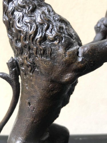 Pair of bronze lions holding a coat of arms - Sculpture Style