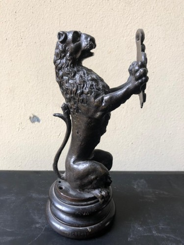 Antiquités - Pair of bronze lions holding a coat of arms