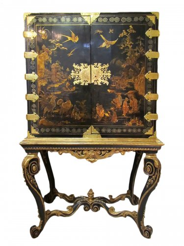 European lacquer cabinet-on-stand 18th century