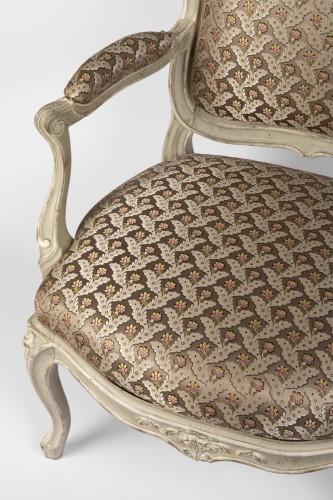 Louis XV - A pair of Louis XV painted fauteuils à la Reine