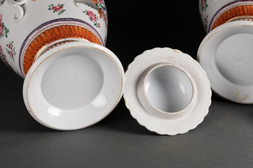 Antiquités - A Pair of Chinese porcelain Covered Vases