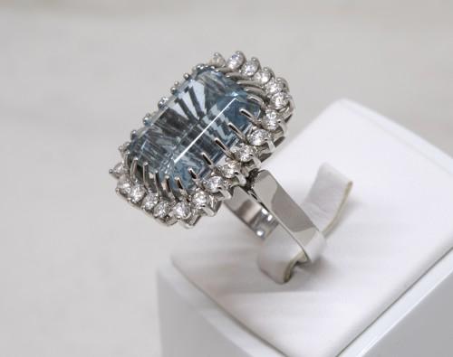 White gold ring Aquamarine and diamonds -