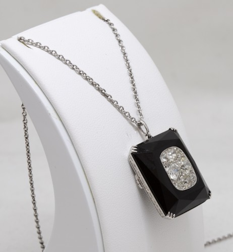 Onyx art-deco pendant set with 8 TA diamonds - Antique Jewellery Style