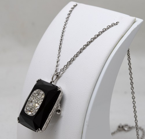 Antique Jewellery  - Onyx art-deco pendant set with 8 TA diamonds