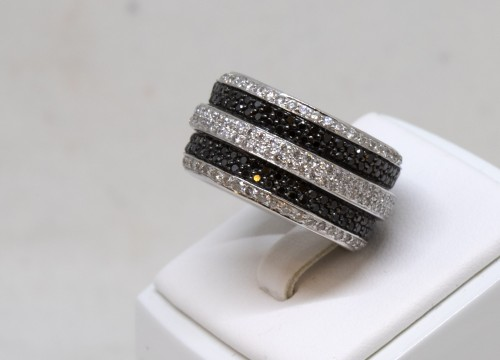 White gold ring set with small white and black diamonds - Antique Jewellery Style