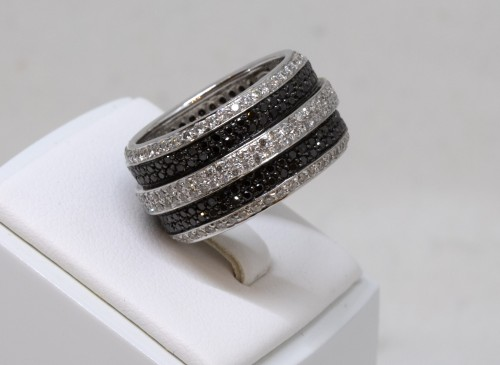 Antique Jewellery  - White gold ring set with small white and black diamonds