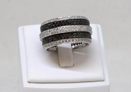 20th century - White gold ring set with small white and black diamonds