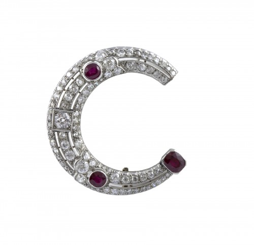 Broche demi lune en Platine, diamants et rubis