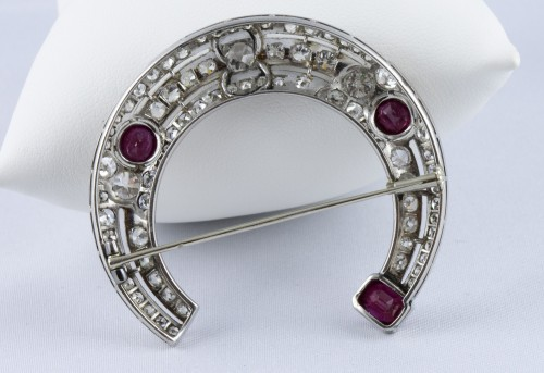 20th century - Half moon brooch in Platinum, diamonds and rubies