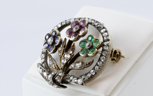 Antique Jewellery  - 18K Gold Brooch set with three flowers and diamonds
