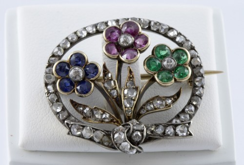 20th century - 18K Gold Brooch set with three flowers and diamonds