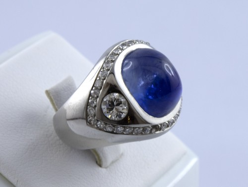 Platinum ring set with a sapphire cabochon - Antique Jewellery Style 50