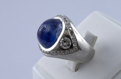 Antique Jewellery  - Platinum ring set with a sapphire cabochon