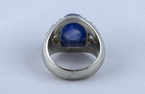 Platinum ring set with a sapphire cabochon -