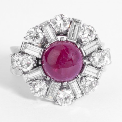 20th century - Platinum ring set in its center with a cabochon ruby and diamonds