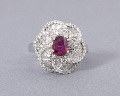 White gold ring set with diamonds, small baguette and ruby ??diamonds -