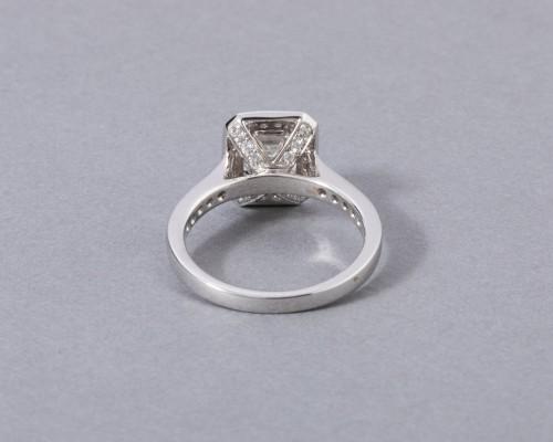 18k white gold ring set with a diamond -