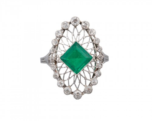 Platinum ring set in its center with a Colombian emerald and diamonds