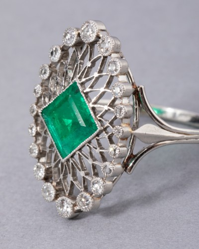 Antique Jewellery  - Platinum ring set in its center with a Colombian emerald and diamonds