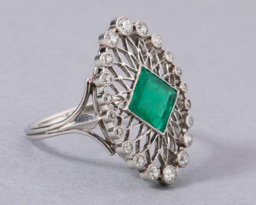 Platinum ring set in its center with a Colombian emerald and diamonds -