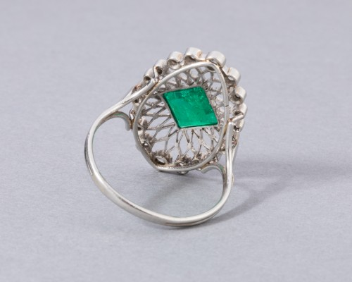 20th century - Platinum ring set in its center with a Colombian emerald and diamonds