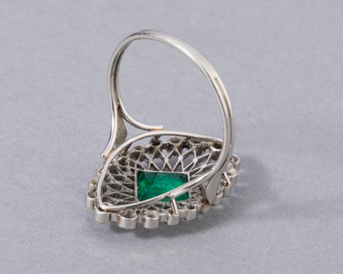 Platinum ring set in its center with a Colombian emerald and diamonds - Art nouveau
