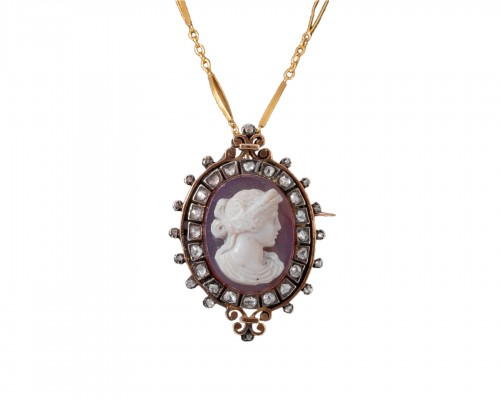 18k gold medallion set with an agate cameo