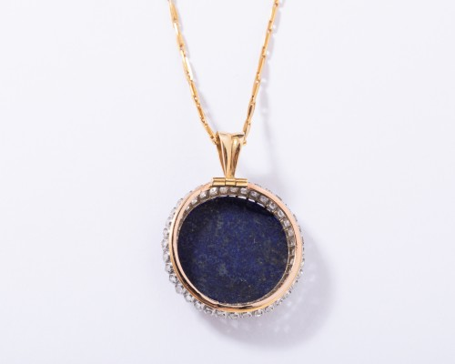 Antique Jewellery  - 18k gold pendant set in its center with a lapis lazuli and surrounded by sm