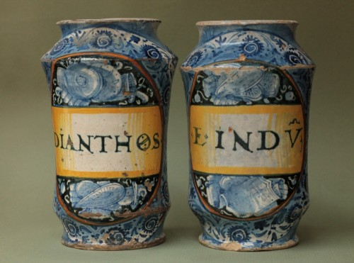 Porcelain & Faience  - Pair of albarelli from Deruta or Castel-Durante