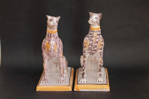 Pair of seated greyhounds in Brussels faience - Porcelain & Faience Style