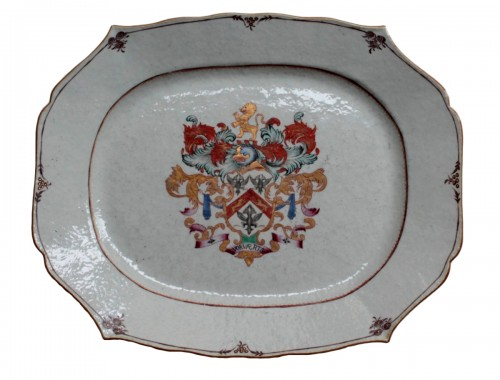Grand Plat Armoiries en porcelaine de Chine - Époque Qianlong (1736-1795)