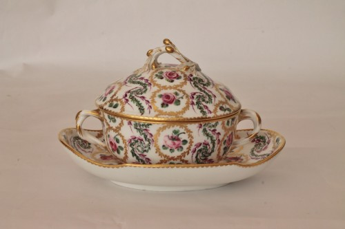 Sèvres, round bouillon bowl and its display -