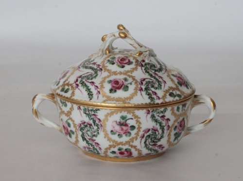 18th century - Sèvres, round bouillon bowl and its display