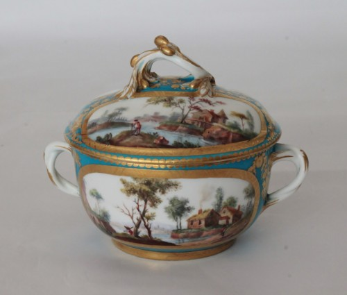 Sèvres, celestial blue ground broth bowl and its display - Porcelain & Faience Style