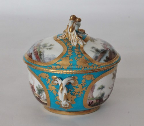 18th century - Sèvres, celestial blue ground broth bowl and its display