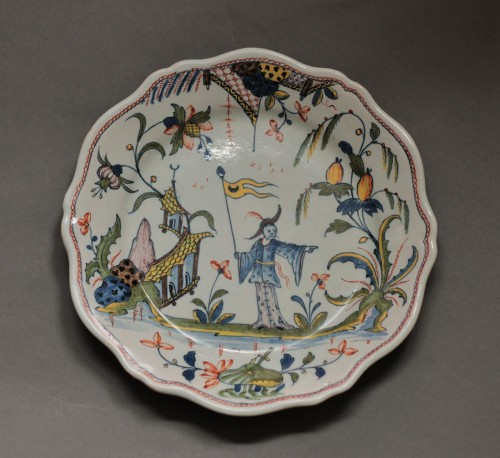 Rouen, plate with a chinese and a flag, vers 1750 - Porcelain & Faience Style Louis XV
