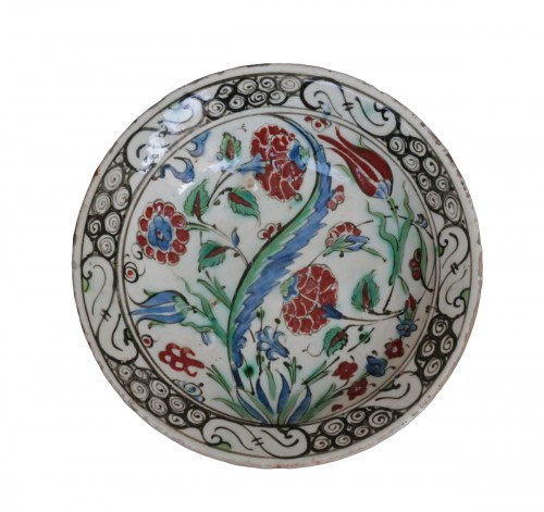 Siliceous ceramic dish from Iznik, carnations, tulips and saz palm. 17th c.