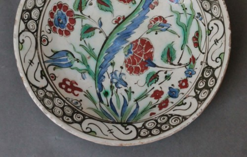 Siliceous ceramic dish from Iznik, carnations, tulips and saz palm. 17th c. - Porcelain & Faience Style Louis XIV
