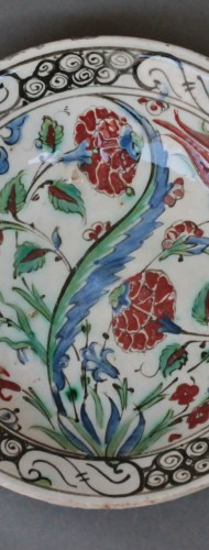 Porcelain & Faience  - Siliceous ceramic dish from Iznik, carnations, tulips and saz palm. 17th c.
