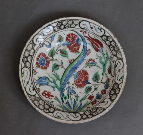 Siliceous ceramic dish from Iznik, carnations, tulips and saz palm. 17th c. -