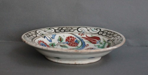 Siliceous ceramic dish from Iznik, carnations, tulips and saz palm. 17th c. - Louis XIV