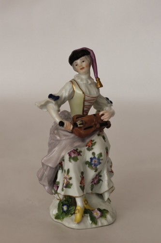 Colombine playing the hurdy-gurdy, Meissen porcelain 18th century. - Porcelain & Faience Style Louis XV
