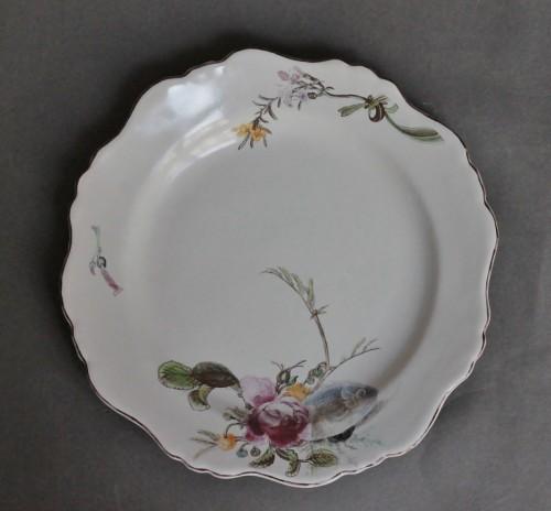 """Marseille, Plate with decoration said """"à la bouillabaisse"""", 18th century - Porcelain & Faience Style Louis XV"""