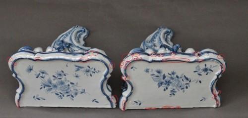 Antiquités - Pair of Delft sconces decorated in blue, 18th century