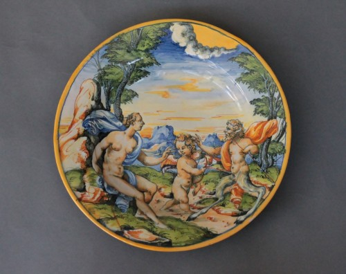 """Urbino dish with """"a istoriato"""" decoration of Venus, Satyre and Cupidon 16th - Porcelain & Faience Style Renaissance"""