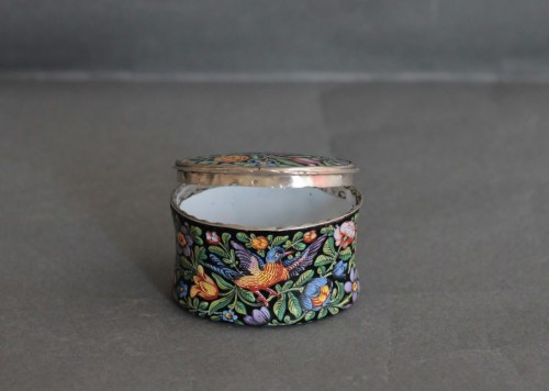 Objects of Vertu  - Oval enamel box decorated with birds, flowers and foliage, 18th century